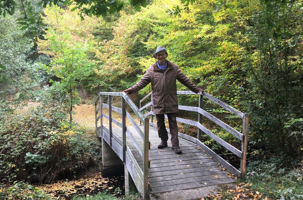 L'auteur Saorsa Aum sur le Pont de Boissy, à Broceliande.